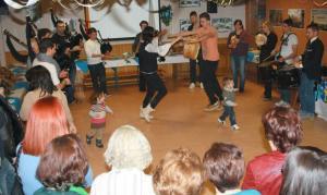 El público asistente bailó al son de la musica tradicional gallega. Foto: Alejandra Plaza.