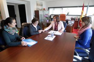 Susana López Abella mantuvo una reunión con representantes del Centro Vagalume de Cáritas Santiago. Foto: Conchi Paz.
