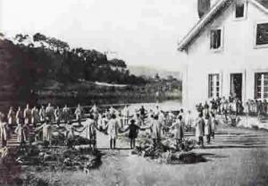 Alumnos e alumnas nunha clase de ximnasia, no exterior da escola da Ramallosa, doada por Manuel L. Lemos, 1923.