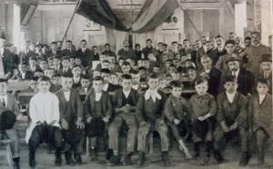 Alumnos da escola «La Antorcha» de Cristiñade, en Ponteareas, no día da Festa da Raza, 1922.