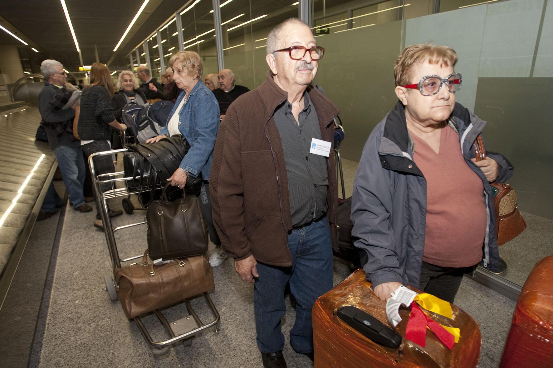 Fotos da chegada a Galicia das e dos participantes no programa Reencontros na Terra 2014 da Secretaría Xeral da Emigración.