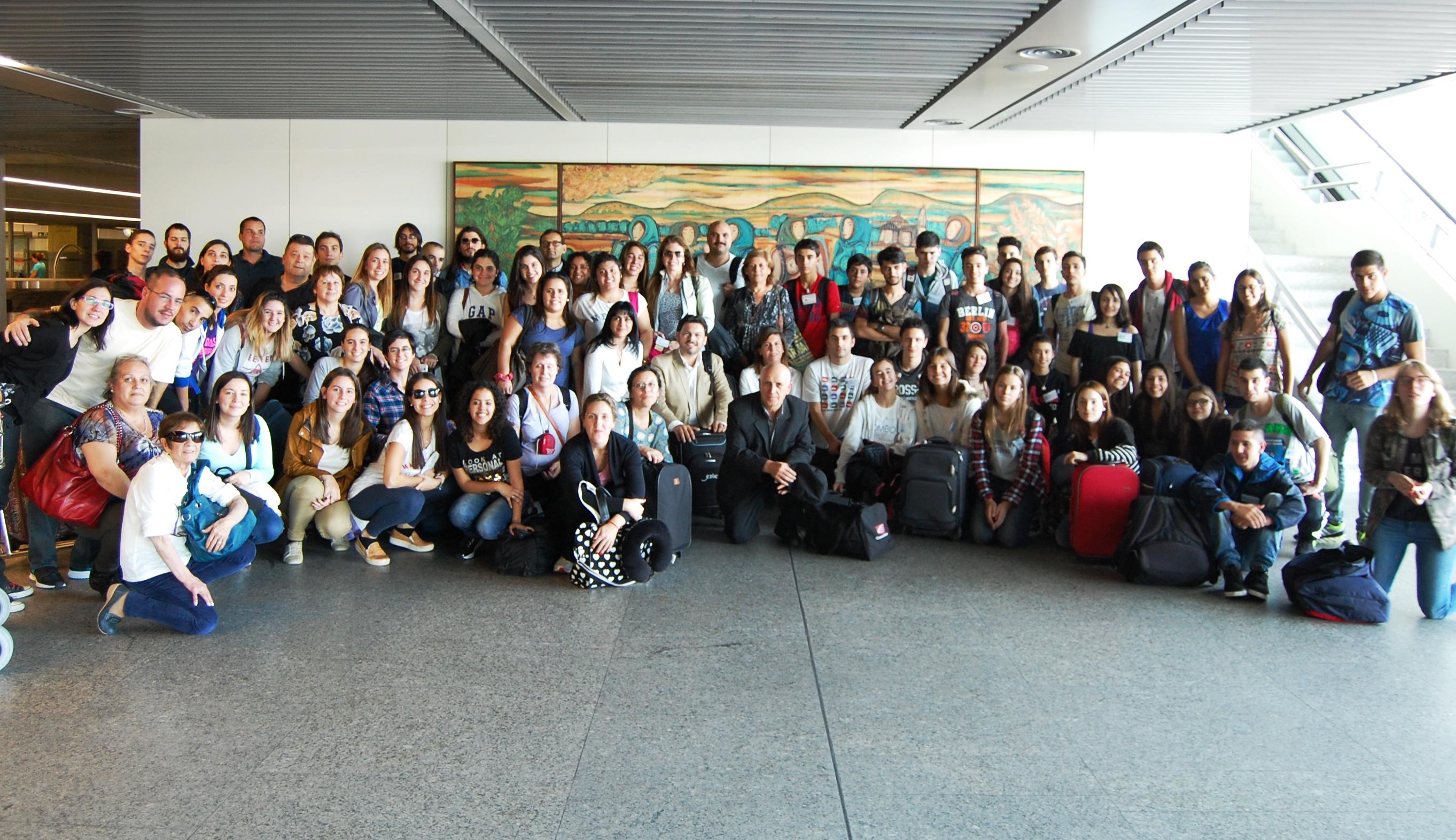 Na imaxe, Miranda e Cecilia Vázquez posan cos e coas participantes dos programas 'Conecta con Galicia' e 'Escolas Abertas' que hoxe chegaron ao aeroporto de Lavacolla (Santiago de Compostela)