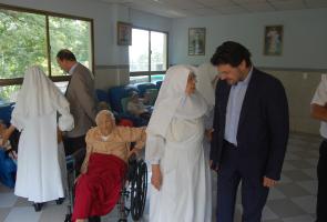 Imaxes da visita ao Hogar de San José, institución que acolle a galegos e galegas que, pola súa idade e/ou condicións socio sanitarias, precisan de atención especializada