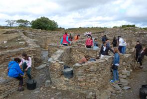 As mozas e mozos galegos do exterior participantes no campo de traballo do Conecta con Galicia 2015 levaron a cabo traballos de recuperación do patrimonio arqueolóxico no castro de Castromaior (Portomarín-Lugo)