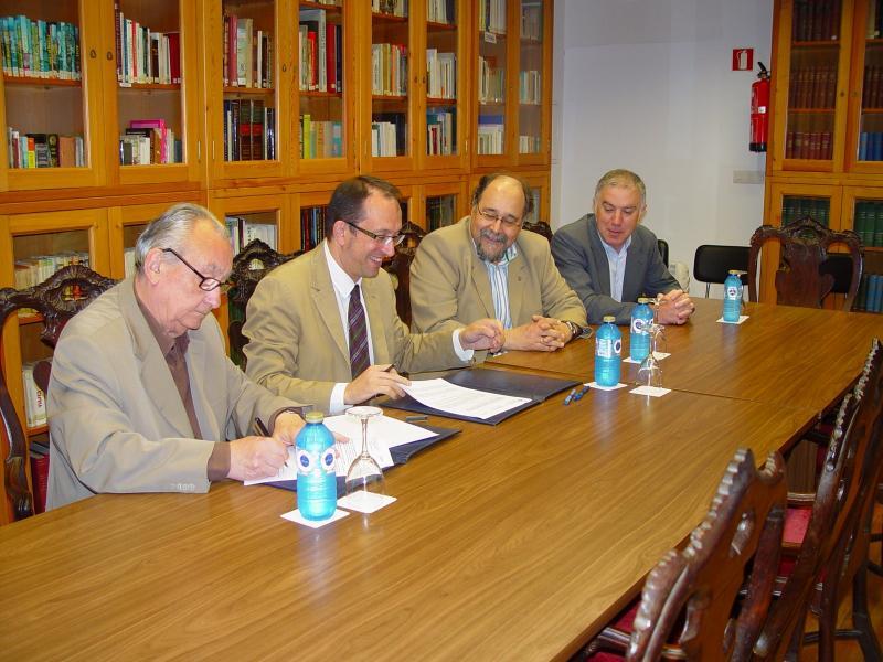 Anxo Lorenzo asinando o convenio coa Fundación Fraguas Fraguas