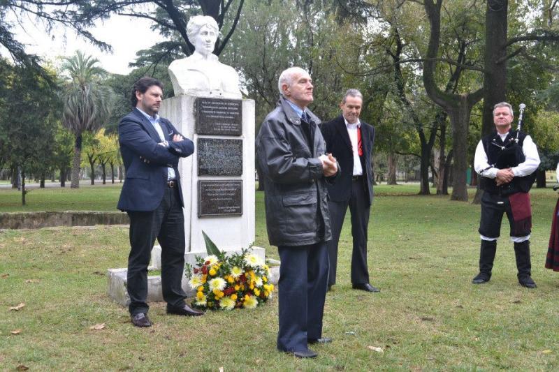 Alberto González Iglesias recitó un poema de Rosalía delante del busto que la recuerda en el Parque de la Independencia