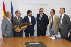 O conselleiro de Cultura durante a entrega da zanfona artesanal que completará a colección do MEGA