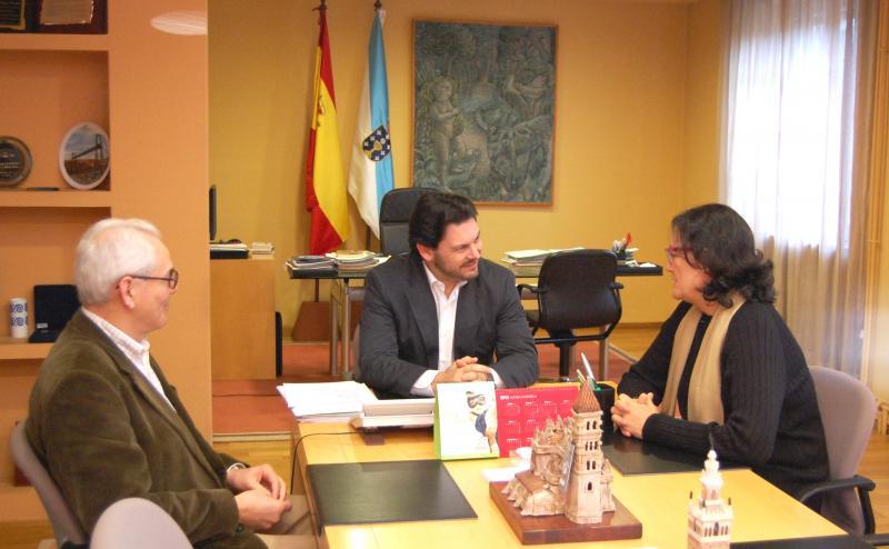 El secretario xeral da Emigración y miembros de la directiva de la entidad gallega en la ciudad de los califas durante la reunión celebrada en Santiago de Compostela