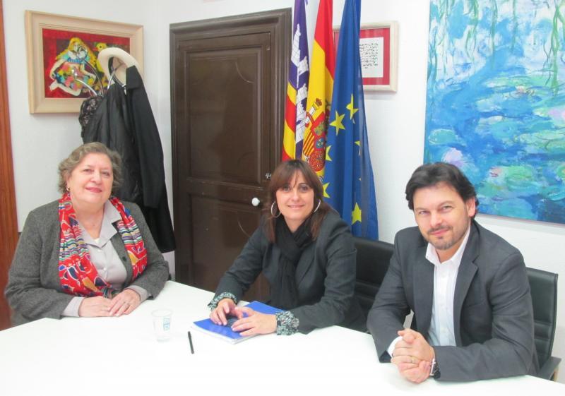 Miranda e a directora xeral de Cooperación e Inmigración do Govern balear na reunión desta mañá, na que tamén estivo presente a presidenta do Centro Galego de Mallorca