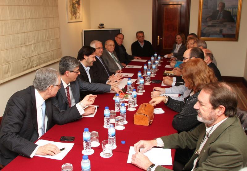 O secretario xeral da Emigración durante a súa xuntanza con representantes de catorce entidades galegas da capital de España
