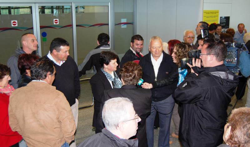 Imagen de archivo de la llegada de las y los participantes en la edición de 2013 al aeropuerto de Lavacolla (Santiago de Compostela)