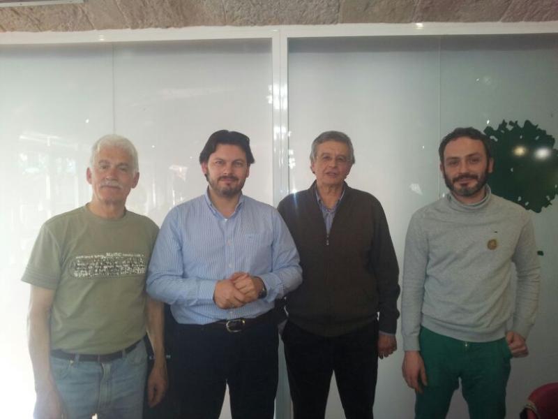 Miranda co presidente e vicepresidente do Centro Galego de Cerdanyola e, á súa esquerda (dereita segundo se mira a foto), o do Centro Galego de Barcelona.