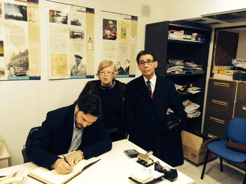 Miranda firmó en el Libro de honor del Centro Galego de Tarragona