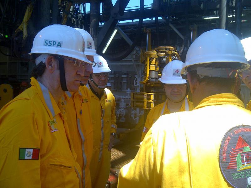 El presidente de la Xunta en la visita que realizó, junto al conselleIro de Economía e Industria, a las instalaciones petrolíferas de Pemex