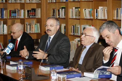 De izquierda a derecha: José Antonio Solana, cónsul general de la República de Cuba; Ramón Villares, presidente del CCG; el escritor Xosé Neira Vilas; y Valentín García, secretario xeral de Política Lingüística
