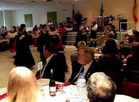 A entrega da medalla de ouro incluíu baile, música e comida, coas bandeiras de EE.UU., España e Galicia como fondo. Foto: V. Toro
