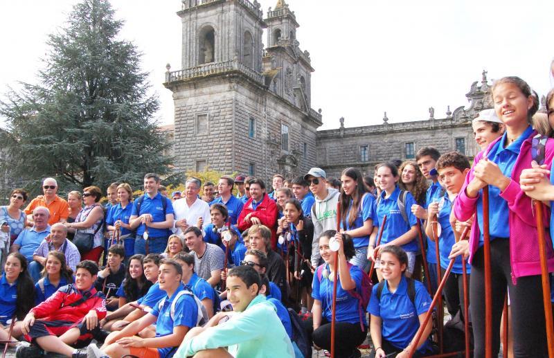"""Na imaxe de """"Conecta con Galicia 2013"""", o presidente da Xunta e o secretario xeral da Emigración posan na foto de grupo cos mozos e mozas cos que percorreron a etapa do Camiño de Santiago pola Vía da Prata ata o mosteiro de Oseira"""