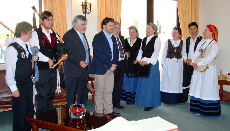 El secretario xeral da Emigración departió con las y los integrantes del coro del Centro Gallego de Valparaíso