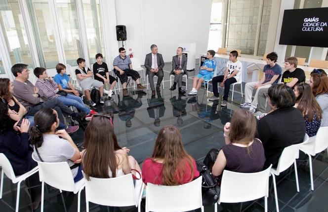 O conselleiro de Cultura e Educación durante a xuntanza que mantivo cos rapaces e as rapazas estudantes de galego do Instituto Cañada Blanch de Londres
