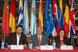 Antonio Rodríguez Miranda, o reitor da Universidade de Santiago, Juan Manuel Viaño, e a directora da Biblioteca Xeral, Mª Isabel Casal Reyes.