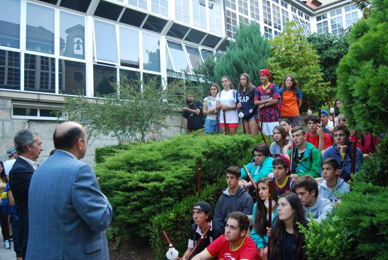 El delegado territorial de la Xunta en Ourense, Rogelio Martínez, visitó hoy a los integrantes del campamento que se desarrolla en la capital