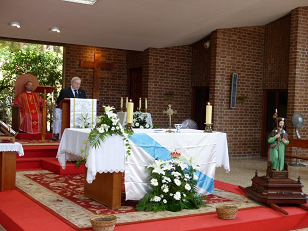 Xosé Filgueira, presidente del Centro Galego de Castellón, fue el encargado de la ofrenda a Apóstol