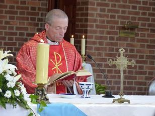 El sacerdote lucense José A. Morales ofició la misa, en la que se emplearon objetos litúrgicos de cerámica de Sargadelos