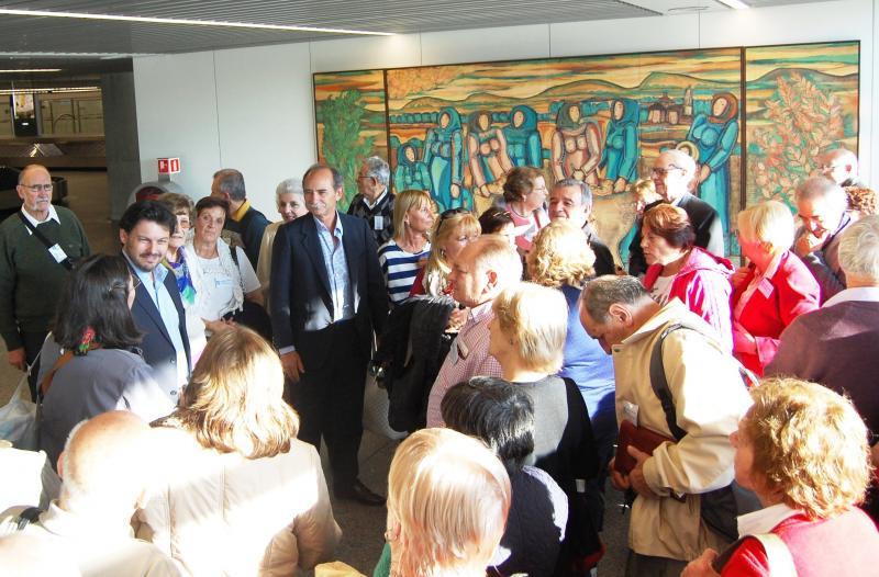 Foto de arquivo da chegada dun dos grupos da edición deste ano 2014 de 'Reencontros na Casa', recibidos no aeroporto de Lavacolla por Rodríguez Miranda
