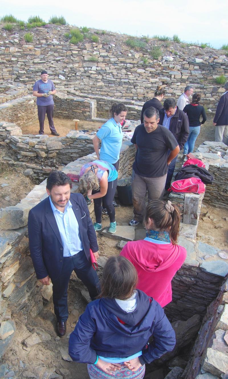 Na imaxe, o secretario xeral da Emigración conversando con dúas das mozas participantes