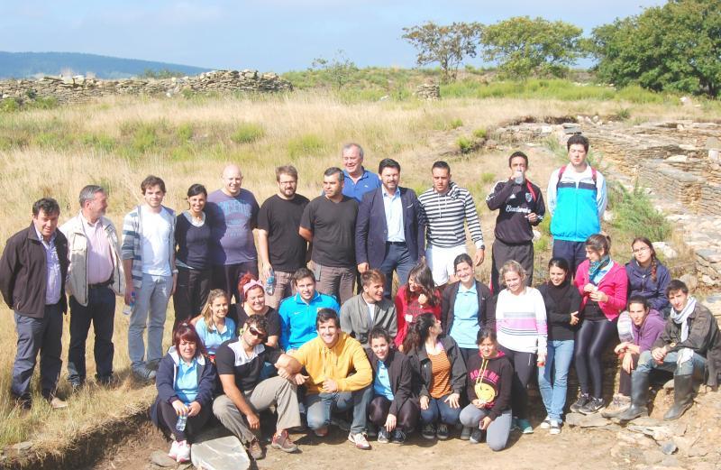 Foto de grupo do secretraio xeral da Emigración cos e coas participantes na modalidade de Campos de traballo 2014