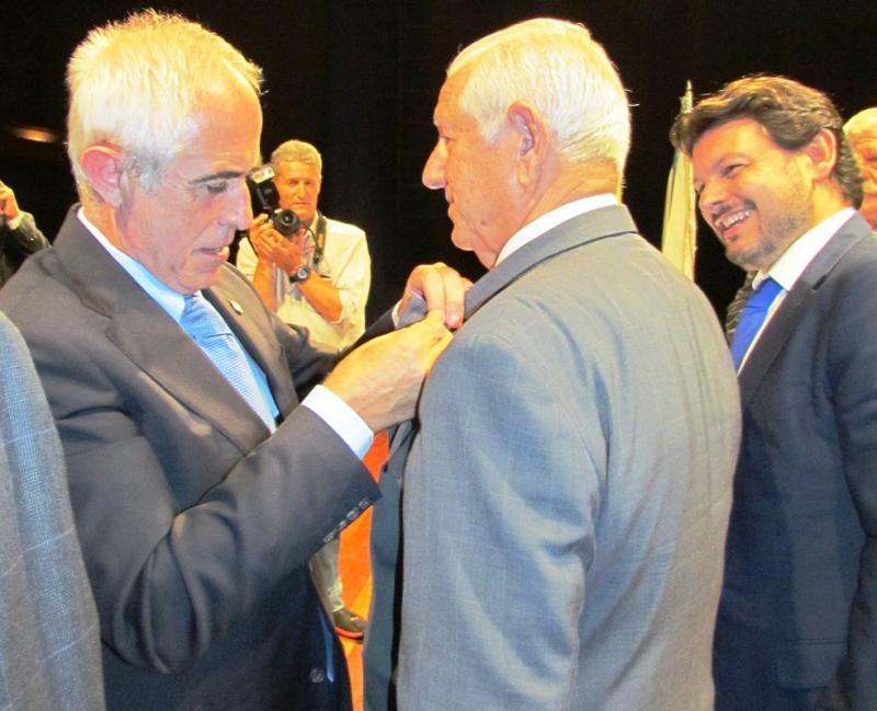 El director general de Migraciones, Aurelio Miras, durante la imposición de una de las medallas