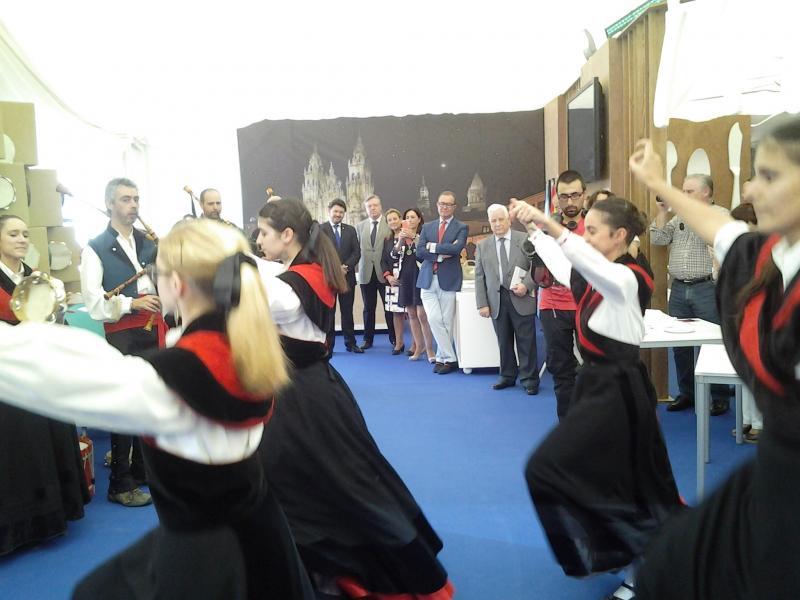 Autoridades locales y provinciales, socios y socias de la Casa de Galicia en Córdoba y público en general, además del secretario xeral da Emigración, aisitieron al acto de inauguración de esta mañana en Córdoba