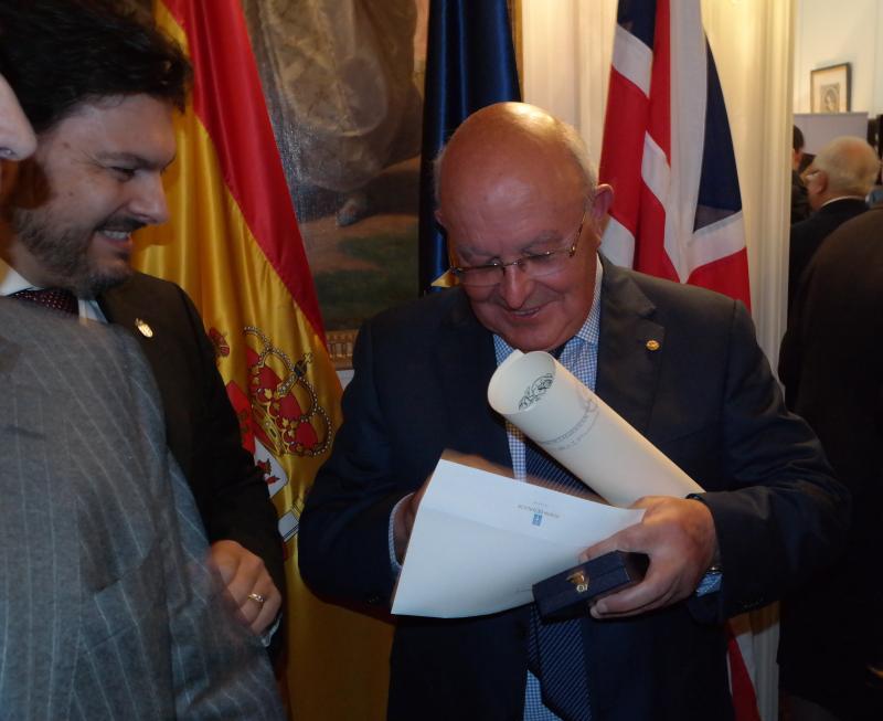 Na imaxe, o secretario xeral da Emigración e o galego Ernesto Atanes, galardoado coa Medalla de Honra da Emigración