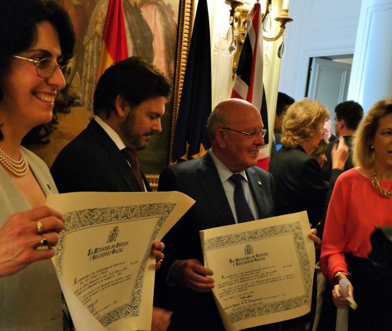 Miranda, no centro, con Irene Fernández de Bobadilla e Ernesto Atanes durante o acto celebrado na Embaixada de España na capital británica