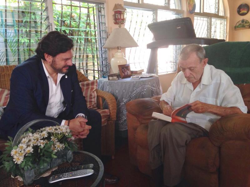 O secretario xeral da Emigración con Carlos Esteban Deive (escritor e humanista dominicano nado en Sarria)