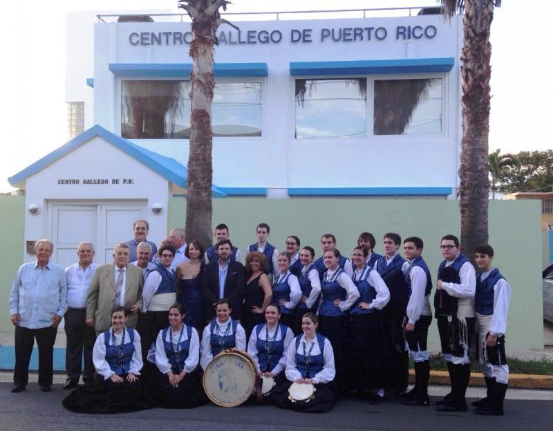 Miranda coa directiva do Centro Galego de Porto Rico e compoñentes do grupo folclórico de Casa Galicia de Nova York