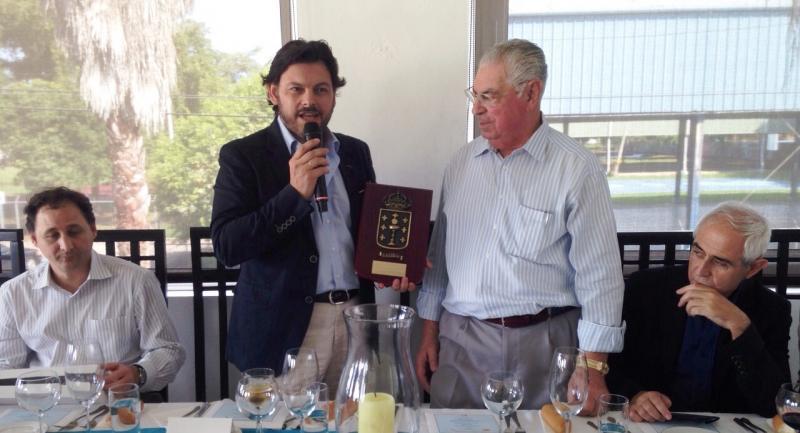 O secretario xeral da Emigración entregando metopa a José Gómez Vilacoba, presidente do Centro Galego de Porto Rico