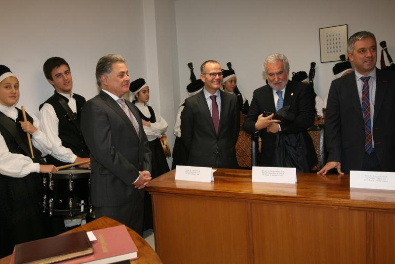 El titular de Cultura e Educación, Xesús Vázquez Abad, estuvo acompañado por los secretarios generales de Política Lingüística y Cultura, Valentín García y Anxo Lorenzo, respectivamente, y el alcalde de la localidad, Julio Álvarez Bouzas