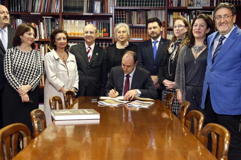 Ignacio Diego asinando no Libro de honra do Centro Galego de Santander