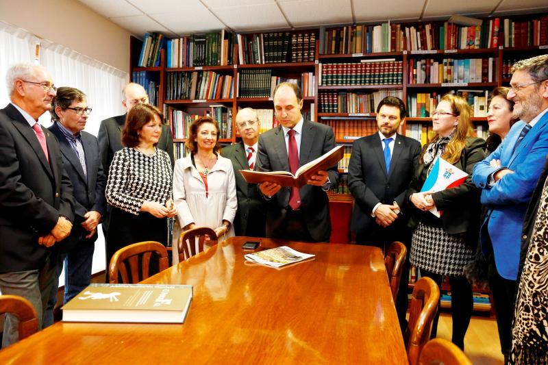 Na imaxe, con gravata azul, o Presidente Diego; con garabata vermella, Rodríguez Miranda; e con gafas vermellas, a conselleira Leticia Díaz