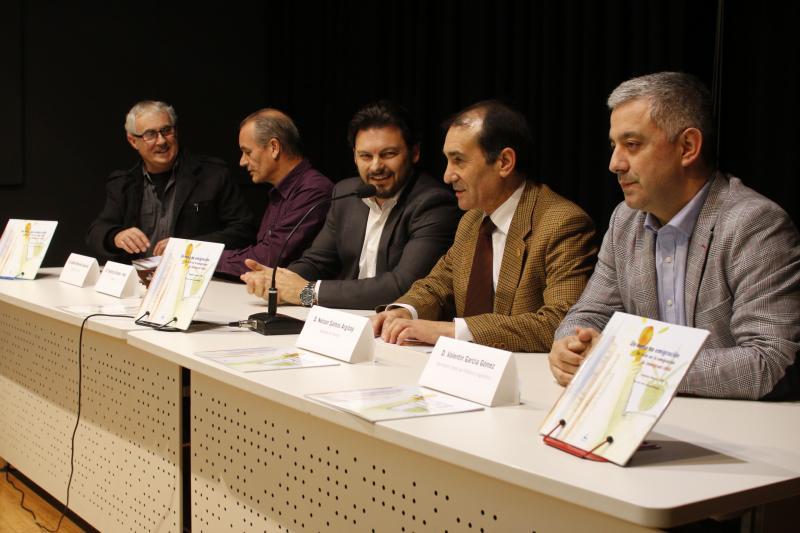 El secretario xeral da Emigración (en el centro de la imagen) y el de Política Lingüística (primero por la derecha) durante la presentación del libro en O Porriño