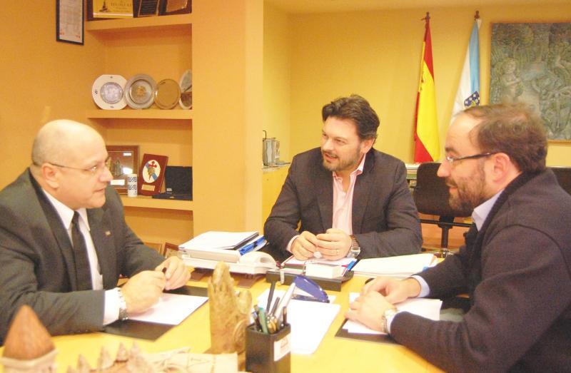 O secretario xeral da Emigración, o director de Internacionalización do IGAPE e o cónsul xeral de Cuba, durante a xuntanza mantida en Santiago de Compostela