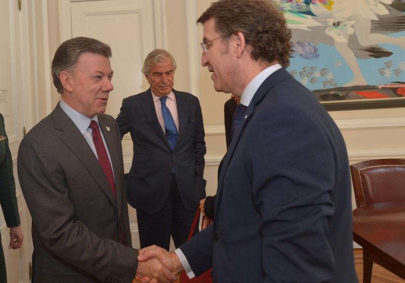 El titular de la Xunta finaliza su viaje institucional con una reunión con Juan Manuel Santos Calderón