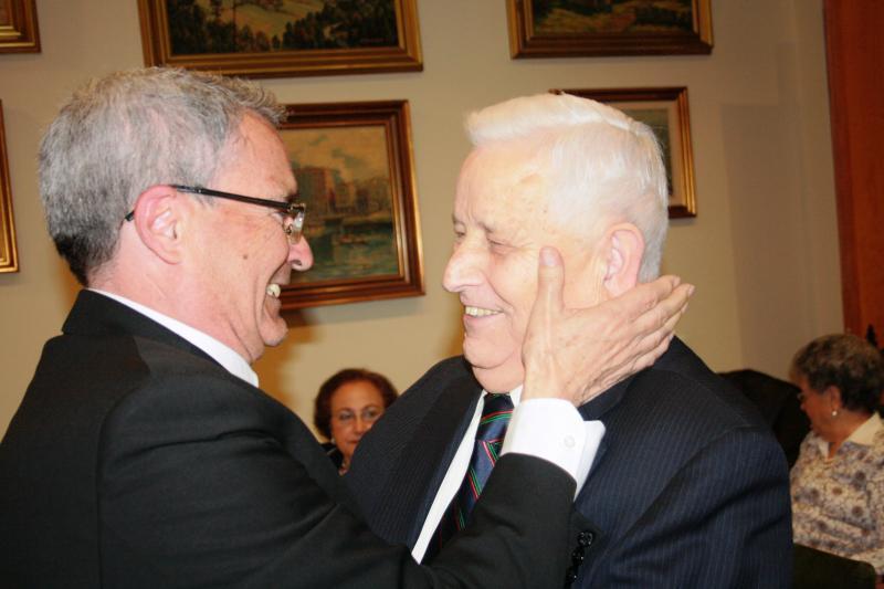 Antonio Patiño Vicepresidente del Lar Gallego, impón Anduriña de Ouro a Alfredo Otero, Presidente do Lar Gallego