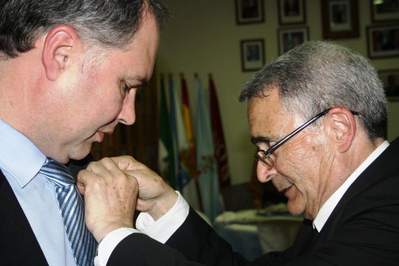 Antonio Patiño Vicepresidente del Lar Gallego de Sevilla impón a Anduriña a José Carlos García Bouzas, Subdirector Xeral de Xestión Económico-Administrativo e do Retorno