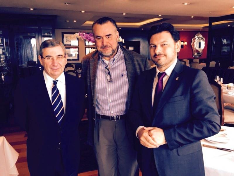 O secretario xeral da Emigración tamén mantivo unha xuntanza con Claudio Magnavita Castro, director da Convention and Visitors Bureau de Río de Xaneiro, na que trataron sobre o desenvolvemento do protocolo asinado en materia de promoción de Galicia e a participación do Bureau no futuro convenio que o desenvolva