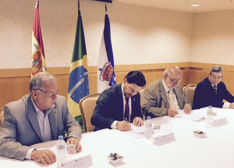 Imaxe da sinatura do protocolo. Por orde (de esquerda a dereita): José Oreiro (propietario da cadea Windsor), Antonio Rodríguez Miranda, Eloy Fernandez (presidente de Aega-Río) e Pablo Figueroa (Conselleiro de Emprego e Seguridade Social da Embaixada de España)
