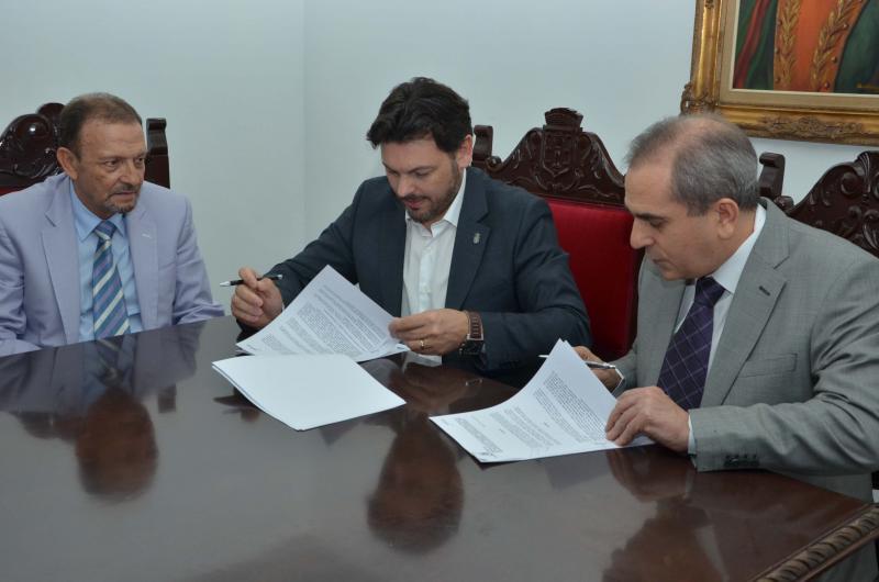 O secretario xeral da Emigración (no centro da imaxe) durante o acto de sinatura do acordo