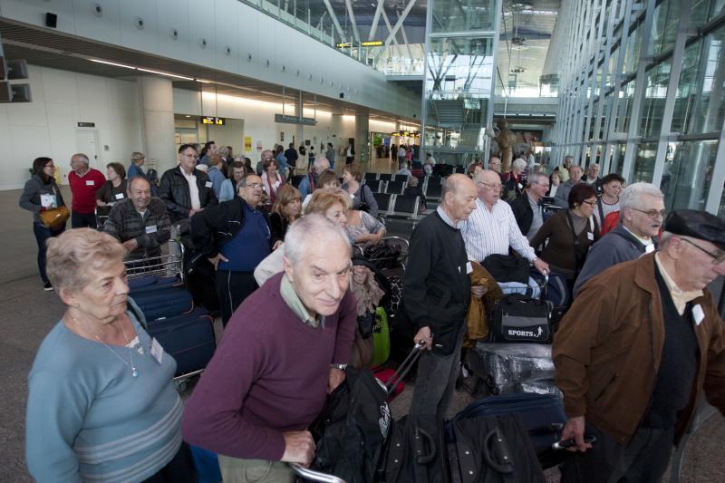 Imaxe de arquivo da chegada ao aeroporto de Santiago de Compostela das e dos participantes na edición de 2014