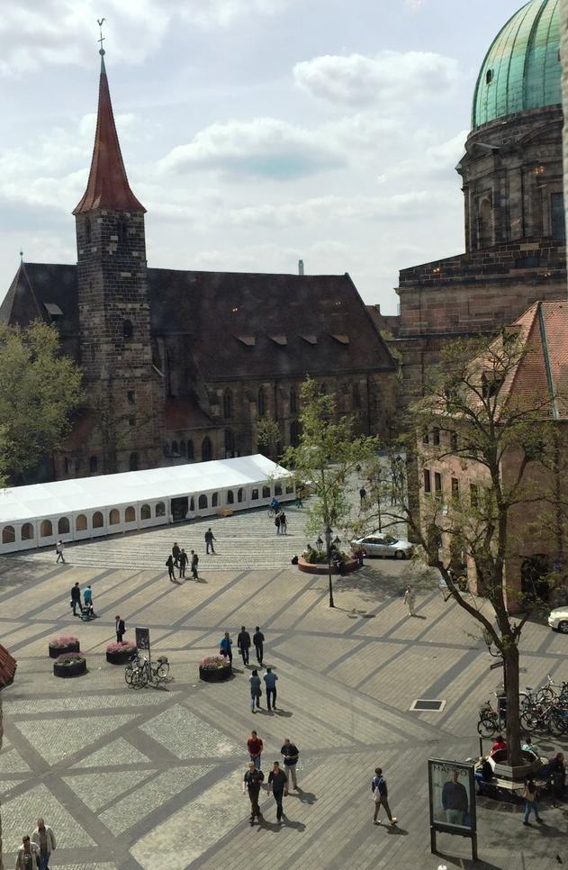 Imaxe da instalación de 'Galicia, Pórtico Universal' na Jakobsplatz (Praza de Santiago) de Núremberg